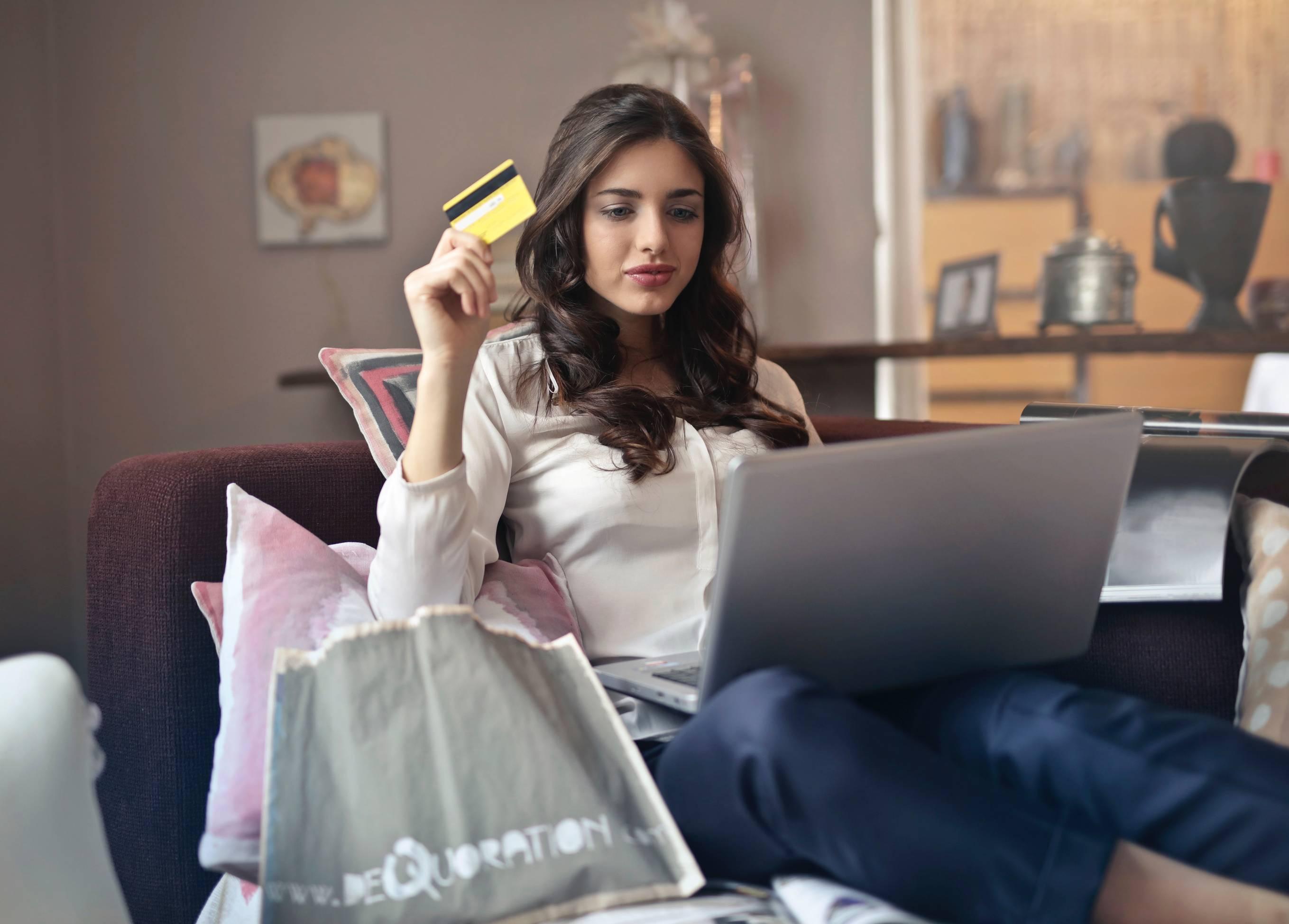 mulher-sentada-no-sofa-comprando-online-comparando-preços